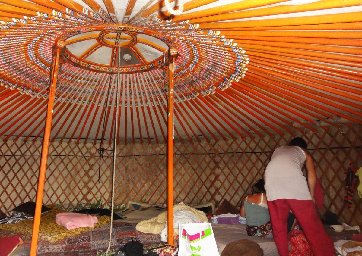Le village des possibles eurre 2011 ehs for Interieur yourte