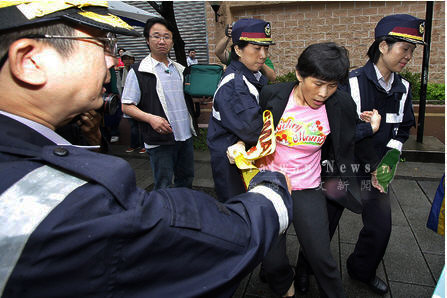 WiMax_Femal_protest_scuffles_whith_police_during_oustside_Taipei
